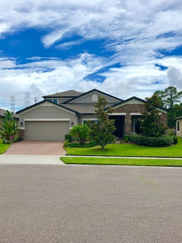 EXECUTIVE HOME WITH RESORT POOL - CENTRAL LOCATION
