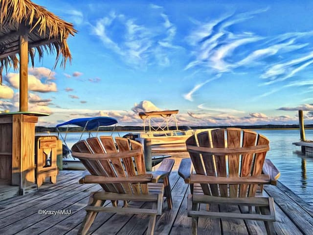 SNUG HARBOR waterfront cottage with a grand view!