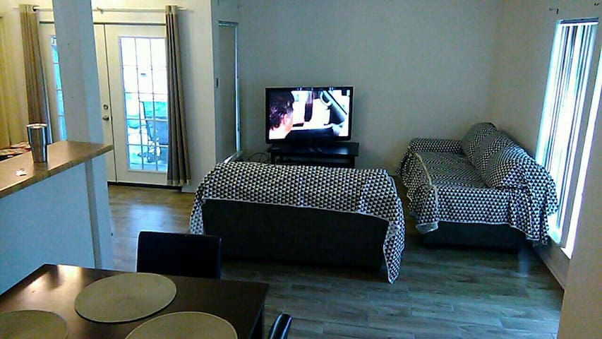 2 Bedrooms Townhouse & Patio 9 Miles to Bush Airp!