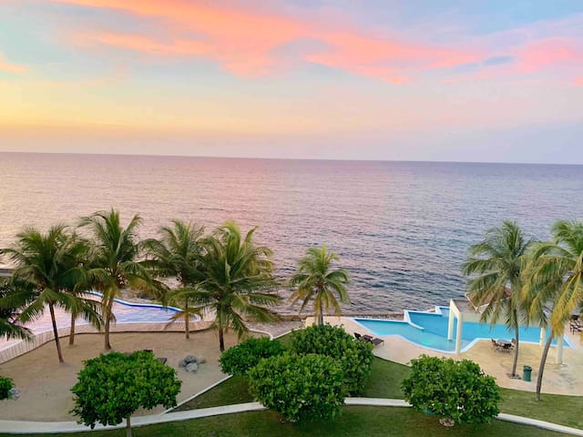 2/2 Oceanfront Condo w/ chef & daily housekeeping