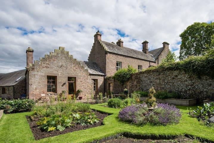 Luxury Scottish Borders cottage ,great views,pets.