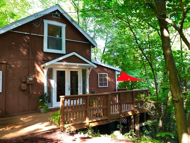 Hidden Hill - Cozy Downtown Cottage with Hot Tub!!