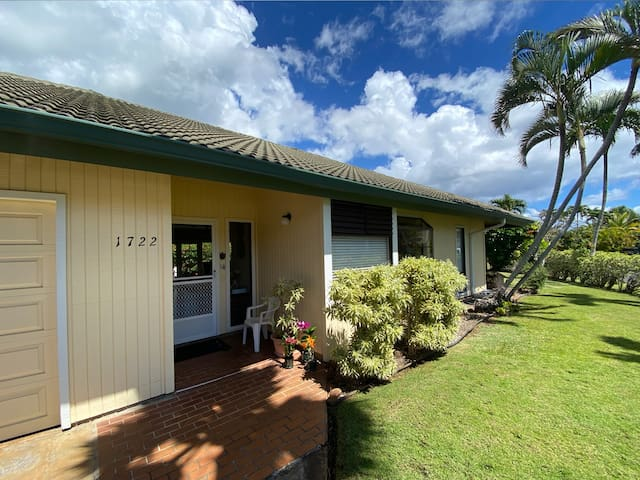 Kauai House: Short Walk to Beaches, FREE mid-size car, Pool Access, Beautiful Walking Paths