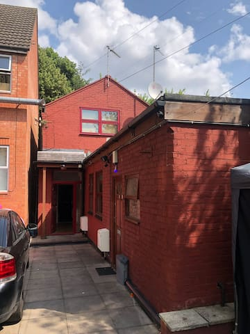 Large double bedroom close to LE1