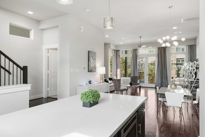Luxury in the Heart of Houston! 3bed/3.5bath/4cars