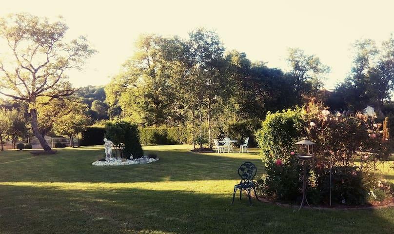 Chambre jaune dans la campagne de Langres
