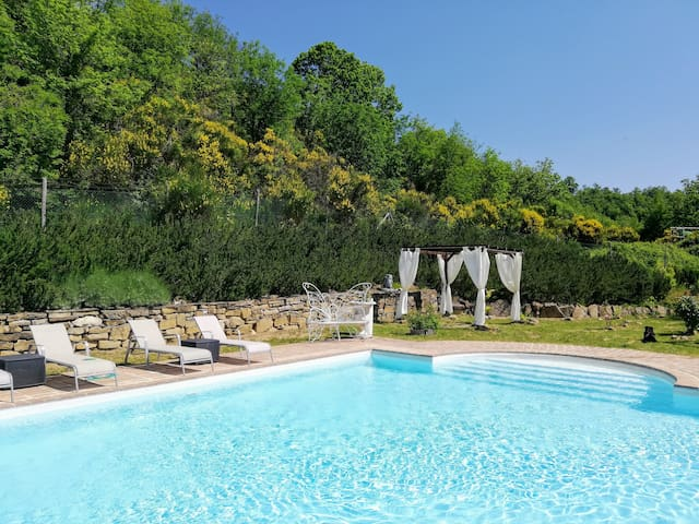 Boutique farmhouse with pool & hot tub near Assisi