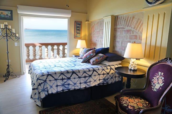 Stunning Waterfront Cottage, Villa la Sirena
