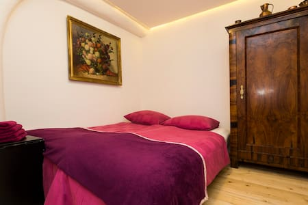 Villa 1902 column room- small& fine