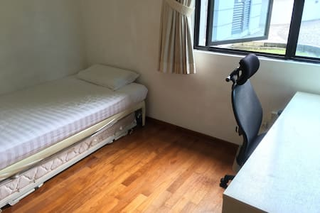 Comfy bedroom 2 mins walk to Holland Village MRT