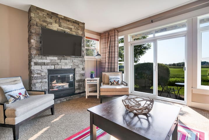 Beautiful Condo with a View of Golf Course & Hills