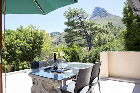 Wind-free studio in Camps Bay with Mountain Views