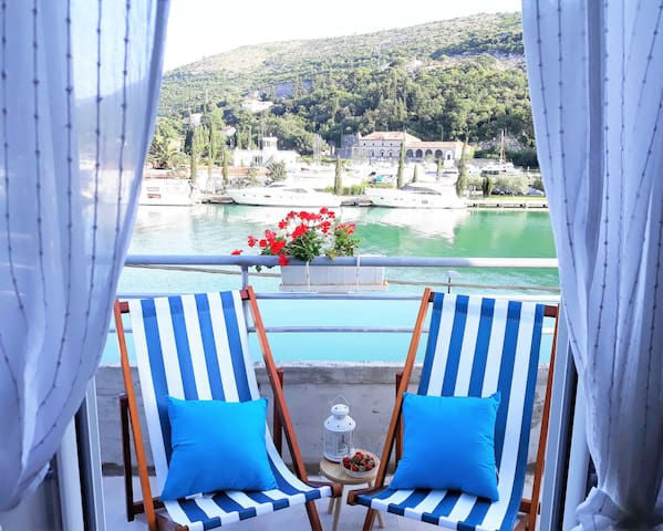 Cozy Seafront Apartment - Sea View And  Parking