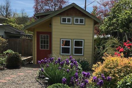 Knotty Cottage SE Eugene