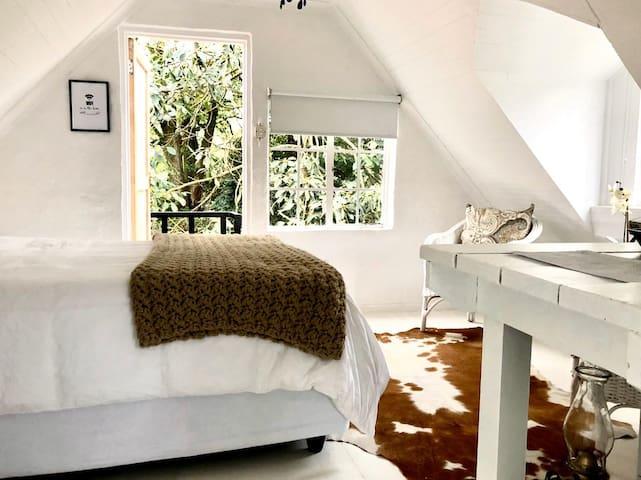 Quaint Wooden Loft Room, New world charm