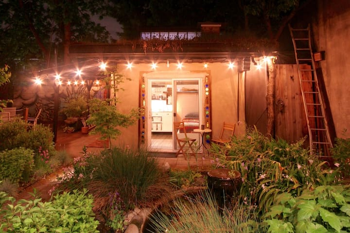 The Clay Hut: Private Bed&Bath in Backyard Garden