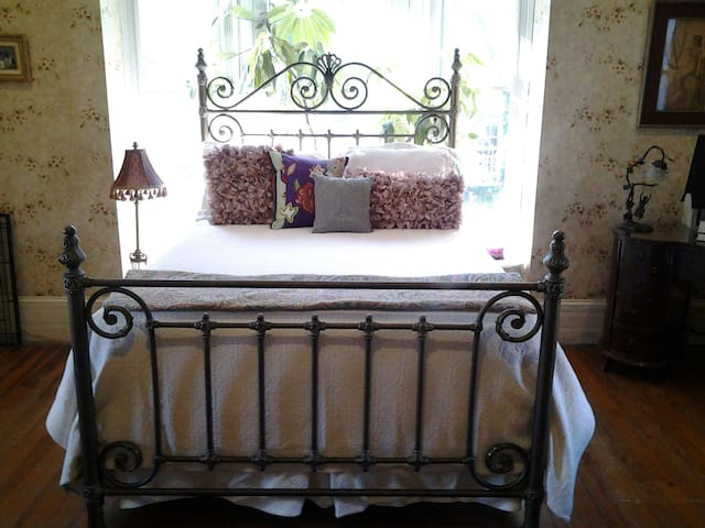 Luxurious suite w/ fireplace; walk to The Inn!
