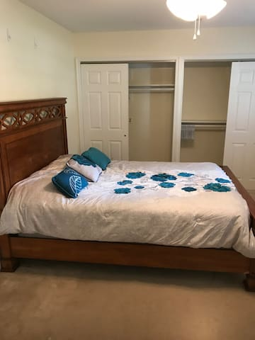 Spacious bedroom -ladies only  Studying/working ft