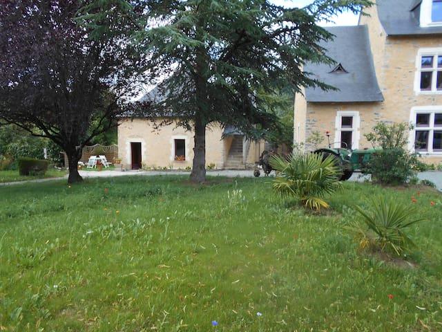 Saint-Christophe-du-Luat的民宿