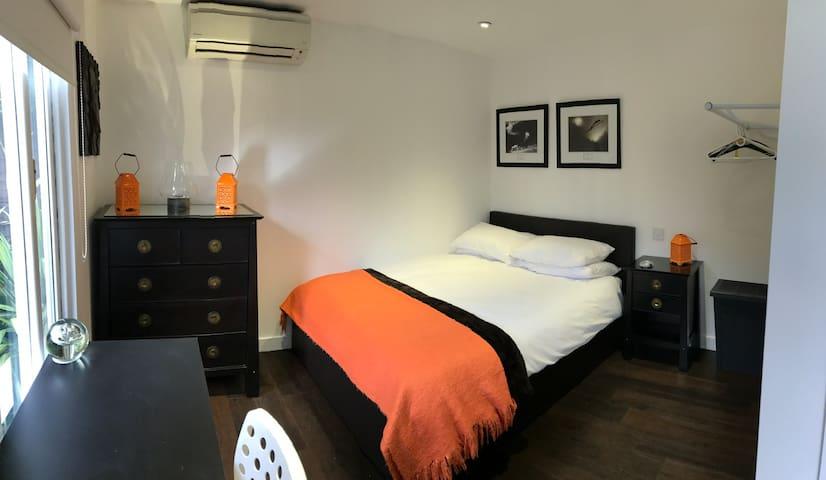 Detached 1 bedroom Cabin in Cobham, Surrey