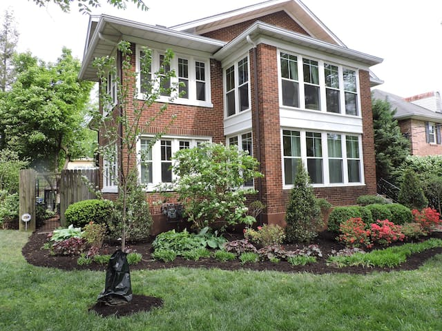 Bright, Parkside condo with pool