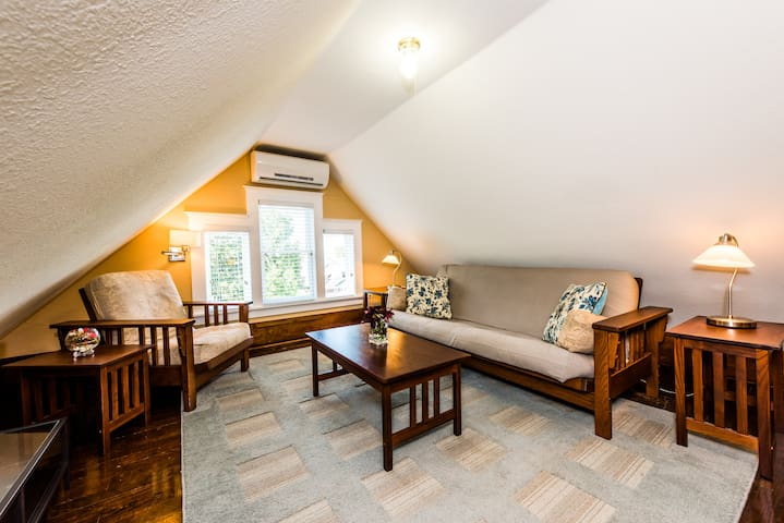 Three Oaks Inn, Maid's Quarters Suite