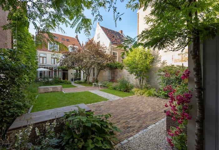 Renovated house in center Leiden, view on garden