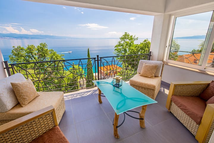 Luxury penthouse PRESTIGE near sea with whirlpool