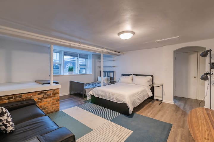 2-Bed Studio Walk to Campus & Downtown