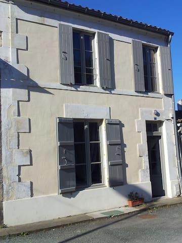 Mortagne-sur-Gironde的民宿