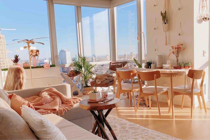 Lush Boho Urban Oasis - Sunlit City View Apartment