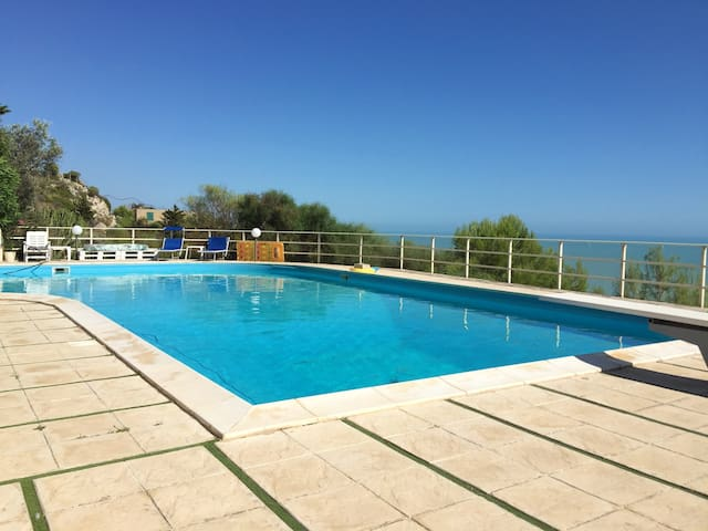Big apt with shared pool & sea view