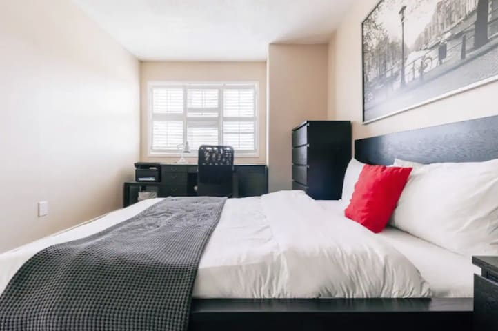 Modern Comfy Suite w/Study Desk + View Mississauga