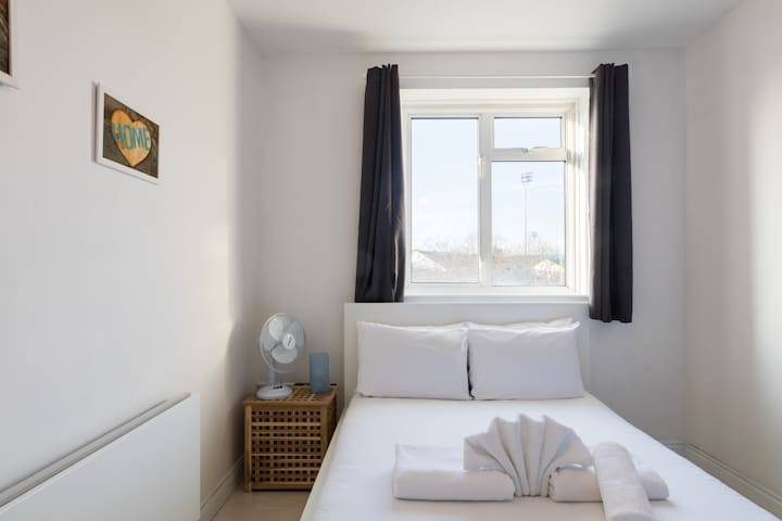 Spacious room with Balcony - West London (BC R3 B)