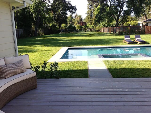 Close to Sonoma Square with Pool, Spa and Bikes