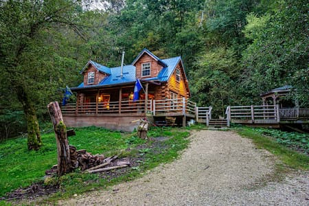 Secluded Log Cabin with Hot Tub