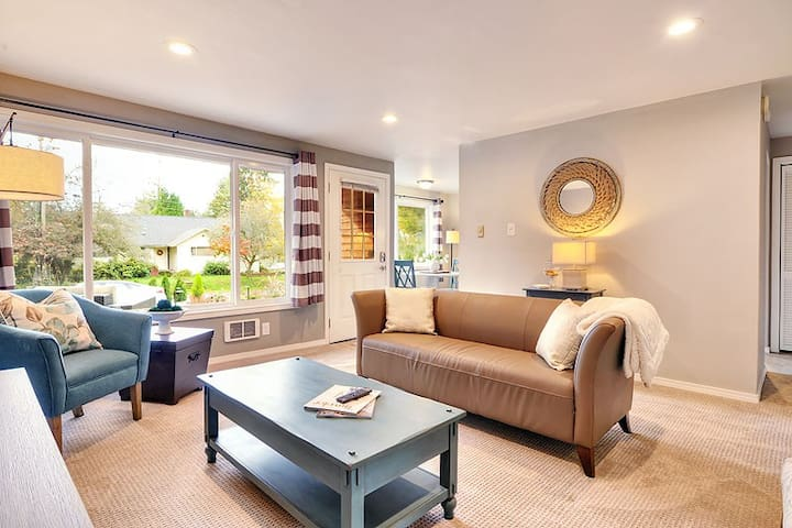DOWNTOWN KIRKLAND - 2 BEDS, ALL NEW FURNISHINGS!