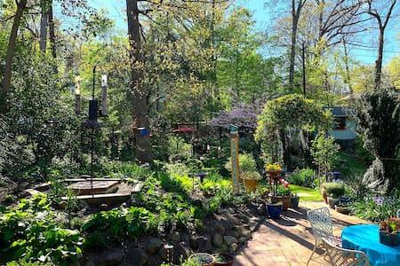 2-BR apt & garden retreat near Durham arts & eats