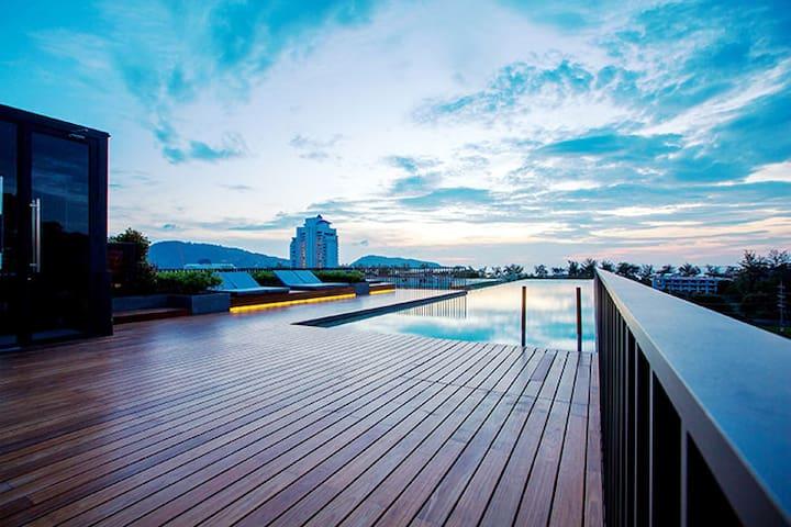 巴东海滩旁的私密住宅,具天台無邊際泳池及大堂泳池,周边一切应有尽有