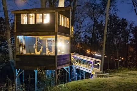 Trailside Treehouse in RVA ~ Glamp w prvt bath!