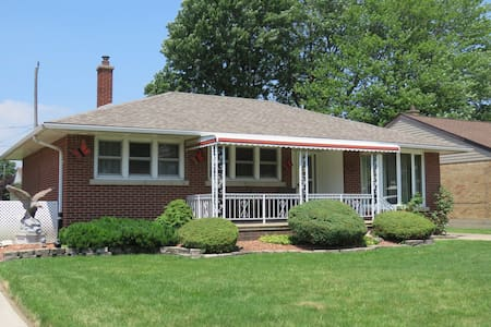 THE FINDLAY HOUSE  3 BR Home close to EVERYTHING!!
