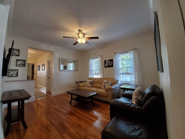 Apartment w/Parking, minutes to airport / Downtown
