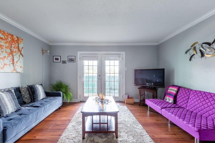 Quiet modern apartment in Austin. 3 miles downtown