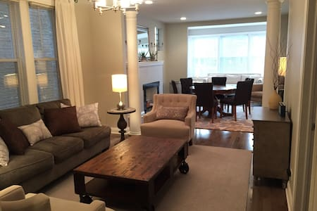 Delightful 3 bed 2 bath with Free Parking!
