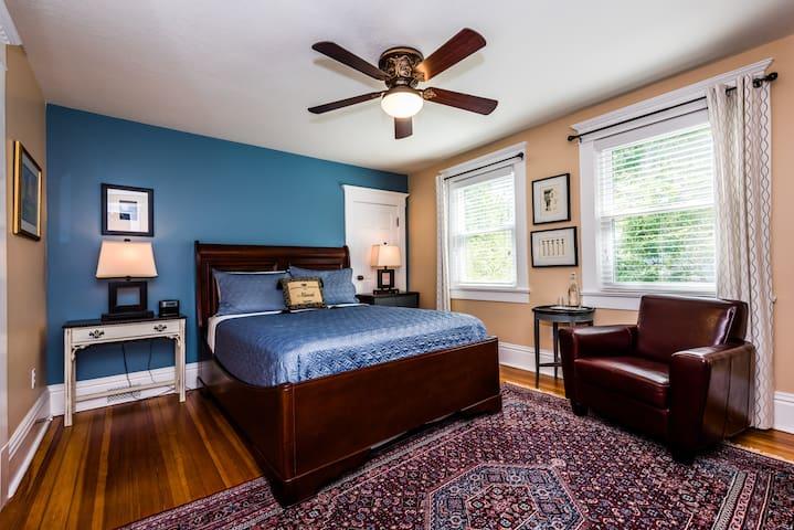 Three Oaks Inn, Fireside Suite