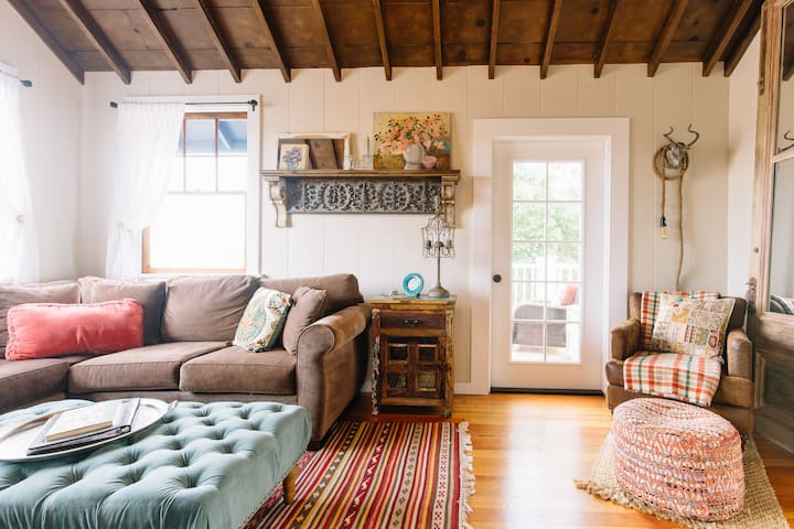 Lighthouse Cottage—Ocean Views & Close to town