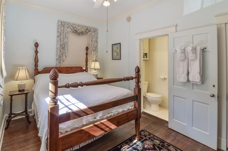 Cozy Queen room with Gourmet Breakfast - Cedars B&B