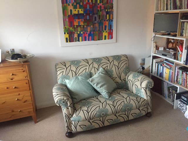 Quiet studio (single/1 person) near to train/tube