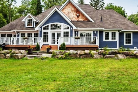 Year-Round Waterfront Cottage in Muskoka!
