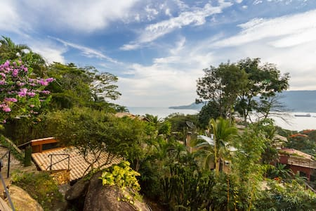 Charming bungalow, view and jacuzzi!
